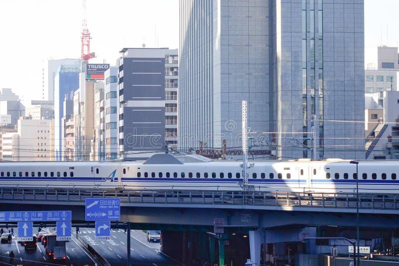 Train de balle de Shinkansen fonctionnant sur la voie ferroviaire à Tokyo, Japon image libre de droits