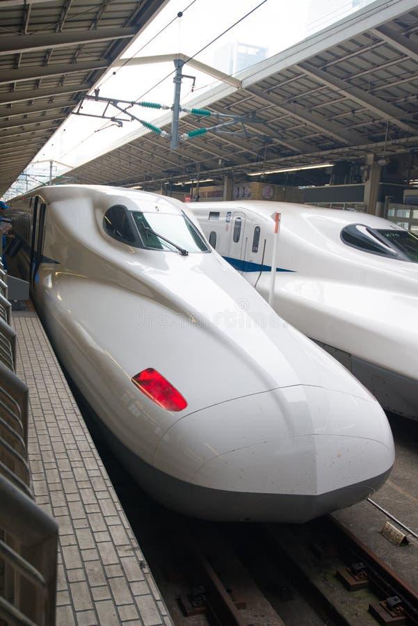 Train de balle de Shinkansen à la station de Tokyo photo stock