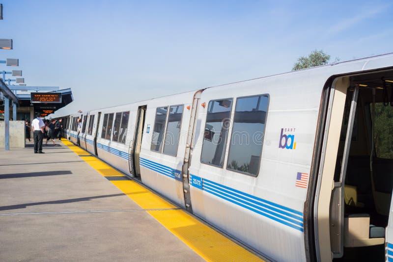 Train de BART prêt à s'écarter de l'arrêt de BART de Colisé photographie stock