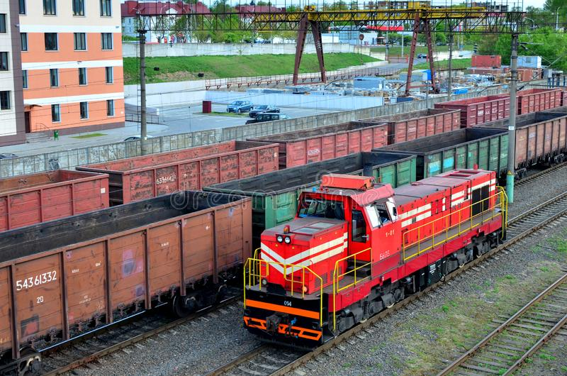 Train de cargaison en assortissant la gare ferroviaire de fret, transport de fret ferroviaire image libre de droits
