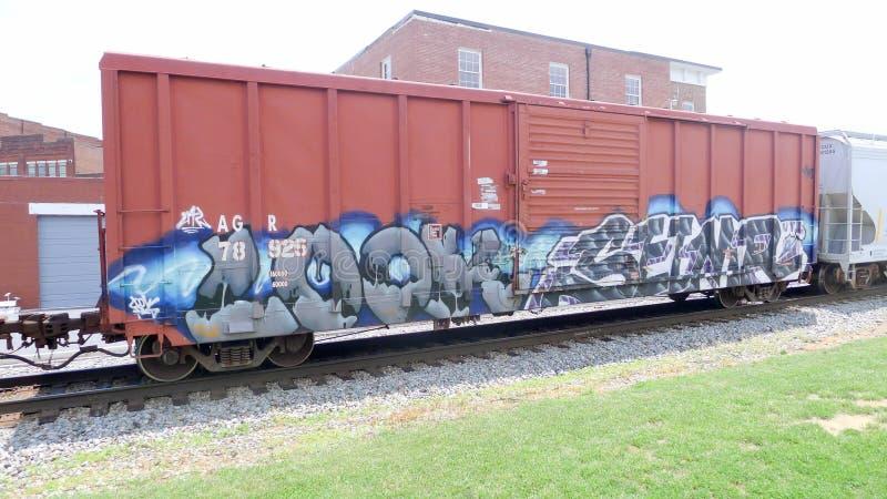 Train de chemin de fer avec le graffiti se déplaçant lentement images stock