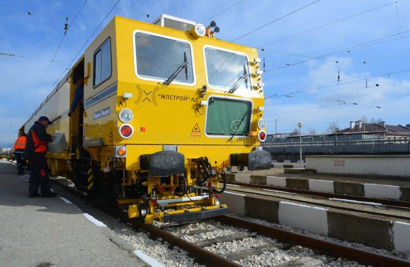 Train de construction de voie sur la gare ferroviaire à Sofia, Bulgarie le 25 novembre 2014 photos libres de droits