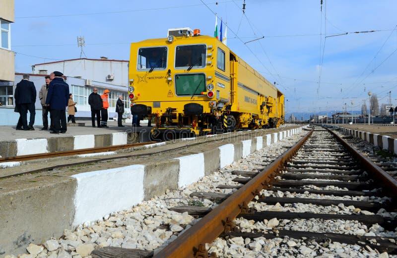 Train de construction de voie sur la gare ferroviaire à Sofia, Bulgarie le 25 novembre 2014 photo stock
