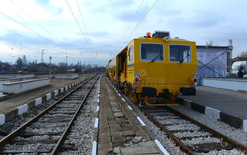 Train de construction de voie sur la gare ferroviaire à Sofia, Bulgarie le 25 novembre 2014 images stock