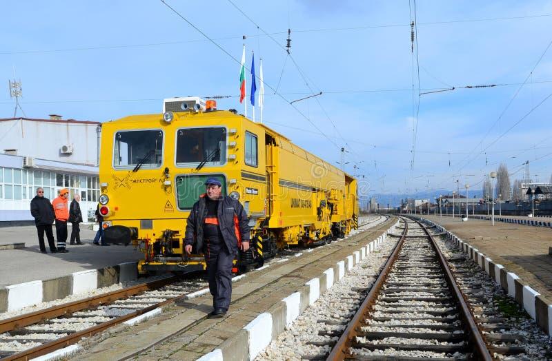 Train de construction de voie sur la gare ferroviaire à Sofia, Bulgarie le 25 novembre 2014 photographie stock