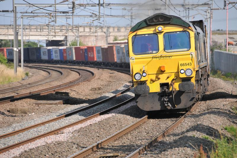 Train de conteneur de Freightliner passant Lichfield Trent Valley photos stock