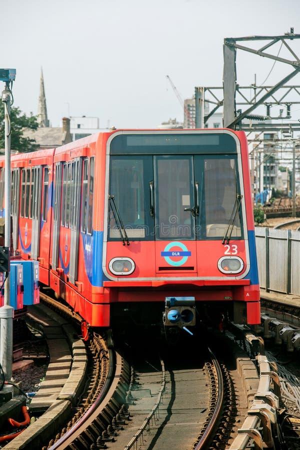 Train de DLR arrivant dans la station Londres R-U photos libres de droits