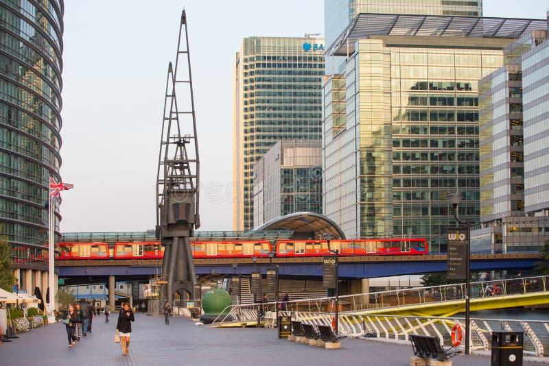 Train de DLR fonctionnant par les affaires de Canary Wharf et encaissant l'aria, Londres image stock