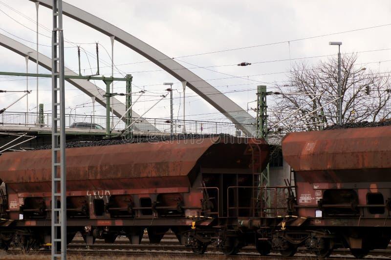 Train de fret chargé avec le lignite images stock