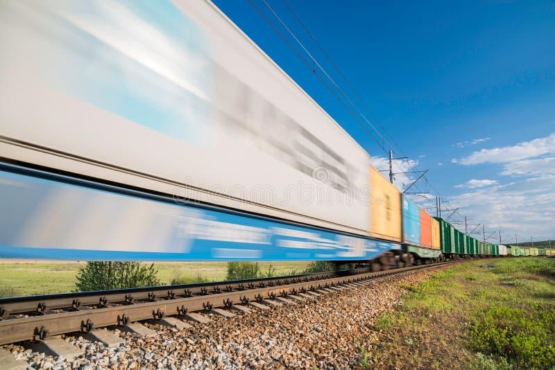 Train de fret dans le mouvement image stock