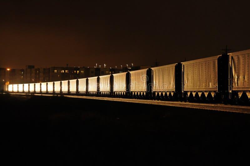Train de fret la nuit photographie stock libre de droits