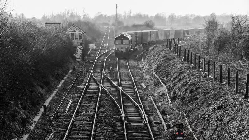 Train de fret soufflant en bas de la voie photographie stock libre de droits