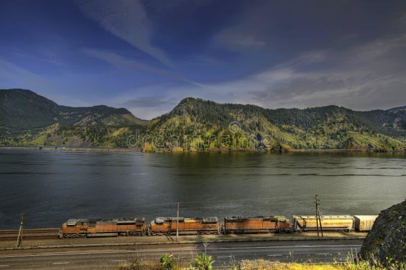 Train de fret sur la gorge de Fleuve Columbia photos stock