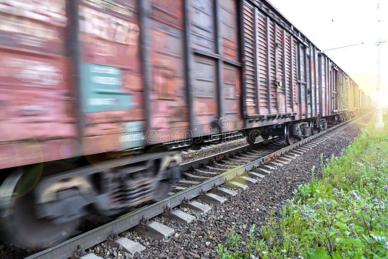 Train de fret, wagons ferroviaires avec l'effet de tache floue de mouvement transport, chemin de fer photos libres de droits
