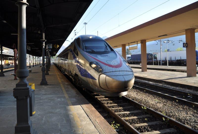 Train de inclinaison à grande vitesse neuf de Pendolino photographie stock libre de droits