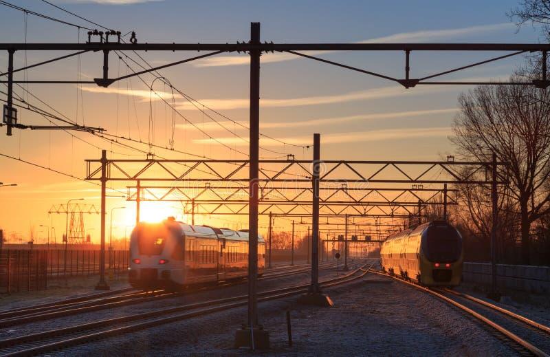 Train de lever de soleil image libre de droits