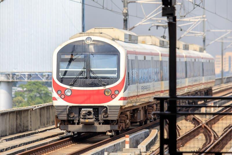 Train de liaison ferroviaire d'aéroport à la station Bangkok, Thaïlande de Ladkrabang photographie stock