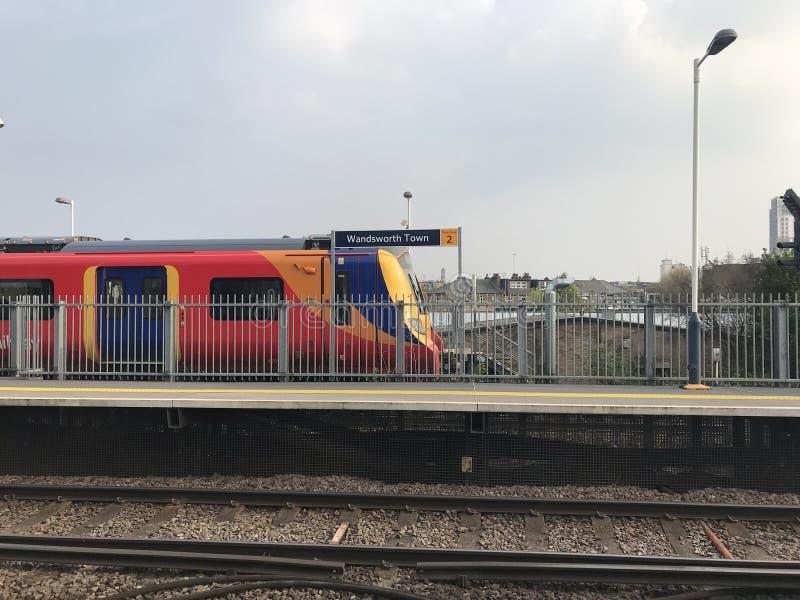 Train de Londres s'attaquant après la station de train de ville de Wandsworth à la vitesse images libres de droits