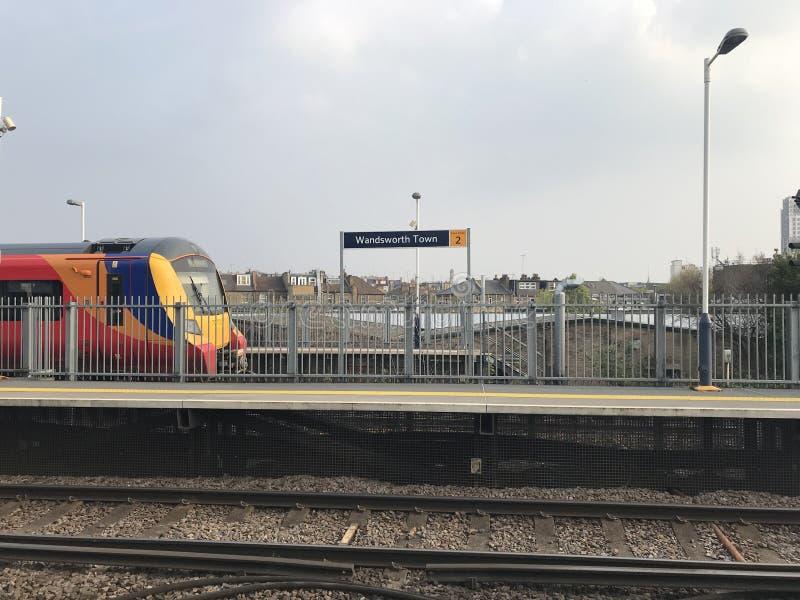 Train de Londres s'attaquant après la station de train de ville de Wandsworth à la vitesse photographie stock libre de droits
