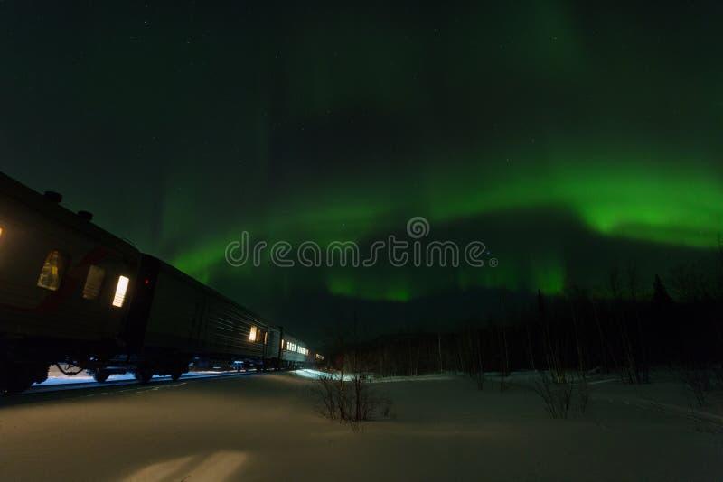 Train de marche et aurora borealis images libres de droits