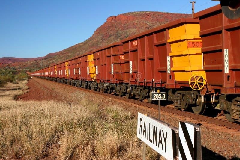 Train de minerai de fer avec des centaines de chariots photographie stock