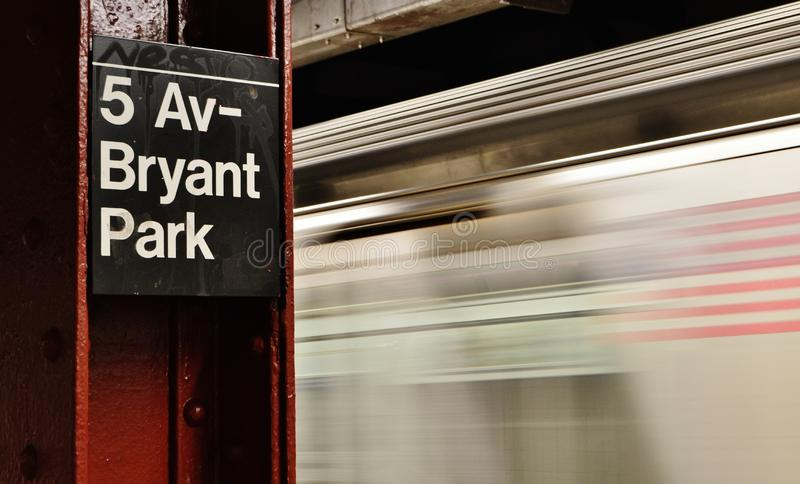 Train de mouvement brouillé par signe de station de métro de Bryant Park NYC permutant pour travailler images libres de droits