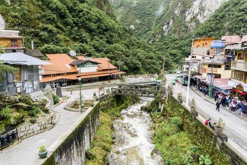 Train de Perurail qui amène des touristes complètement à la base de Machu Picchu photo stock