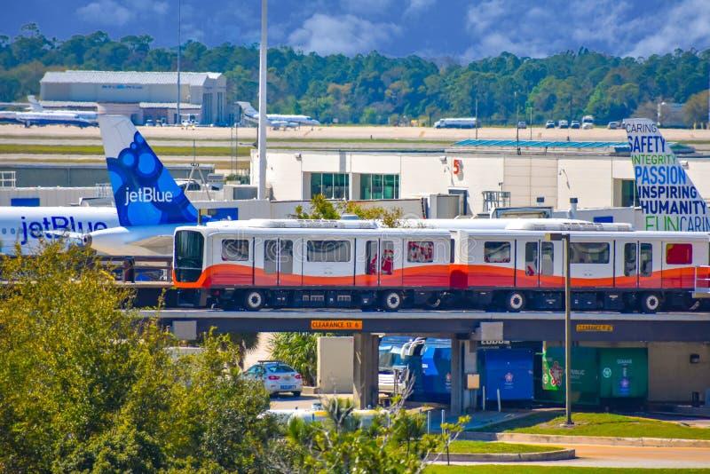 Train de petit pain-onroll- et vue partielle des avions chez Orlando International Airport 2 photo libre de droits