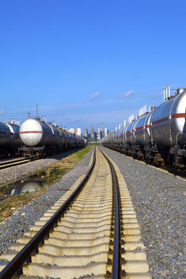 Train de réservoir de stockage de pétrole image stock