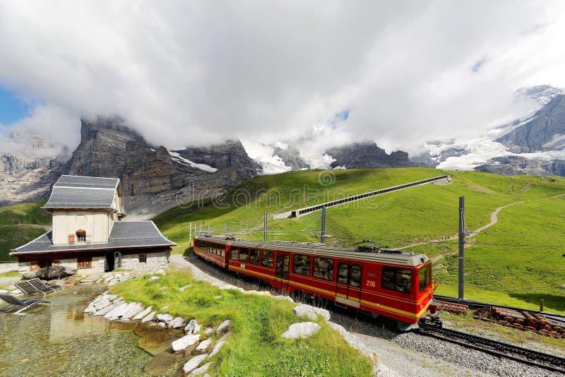 Train de roue de dent voyageant sur le chemin de fer de Jungfrau à partir du dessus de station de Jungfraujoch de l'Europe à Klei images libres de droits