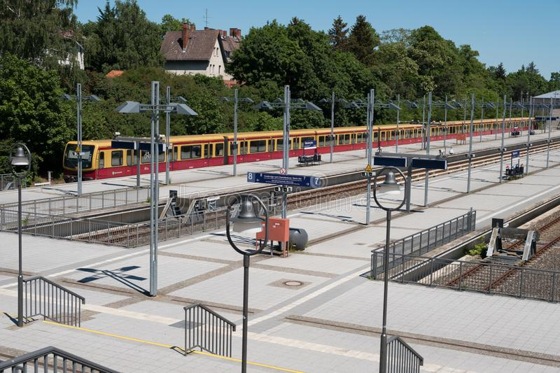 Train de S-Bahn à la station de train terminale Olympiastadion olympique images libres de droits