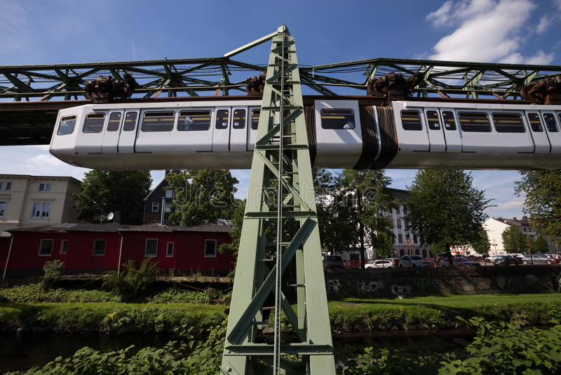 Train de Schwebebahn à Wuppertal Allemagne photographie stock libre de droits