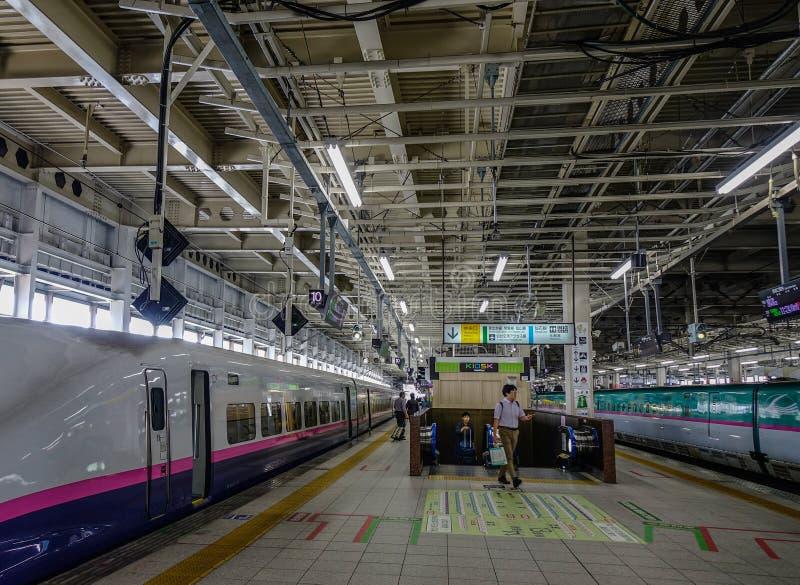 Train de Shinkansen s'arrêtant à la gare ferroviaire photos libres de droits