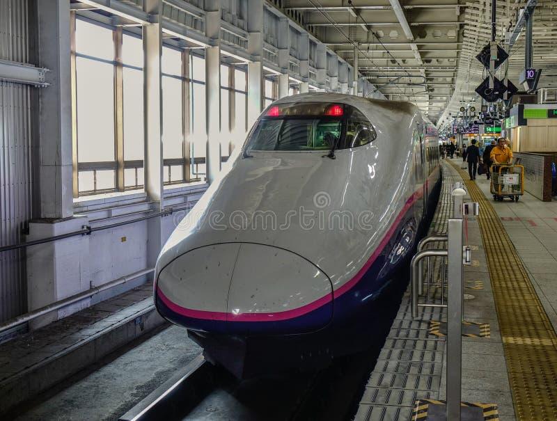 Train de Shinkansen s'arrêtant à la gare ferroviaire photo libre de droits