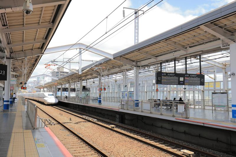 Train de Shinkansen s'arrêtant à la station Okayama photographie stock