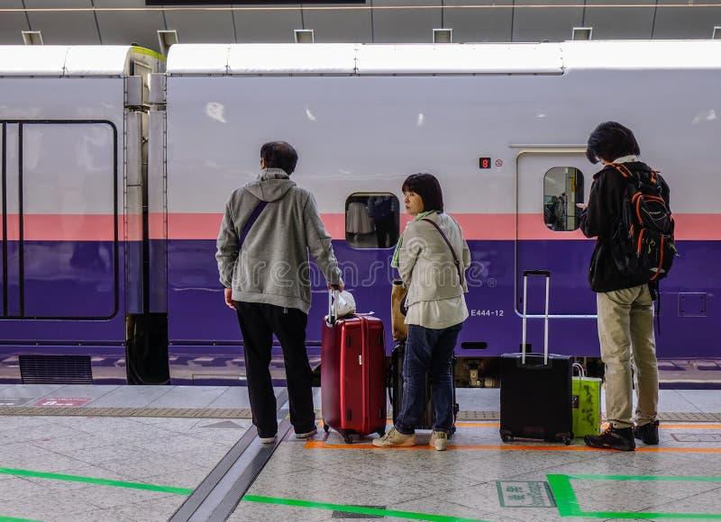 Train de Shinkansen s'arrêtant à la station photo stock