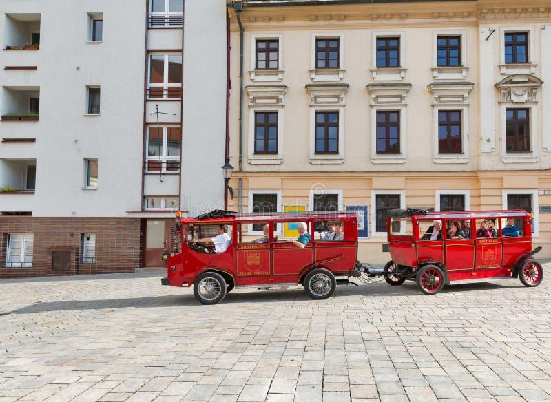 Train de touristes sur la rue de Bratislava en Slovaquie photos libres de droits