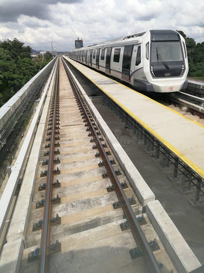 Train de transit rapide de masse dans la ville photos libres de droits
