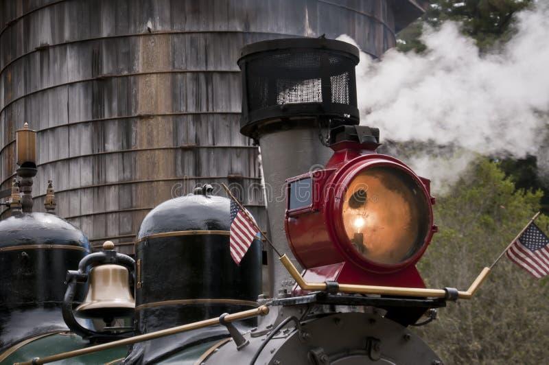 Train de vapeur arrêté à la tour d'eau image stock