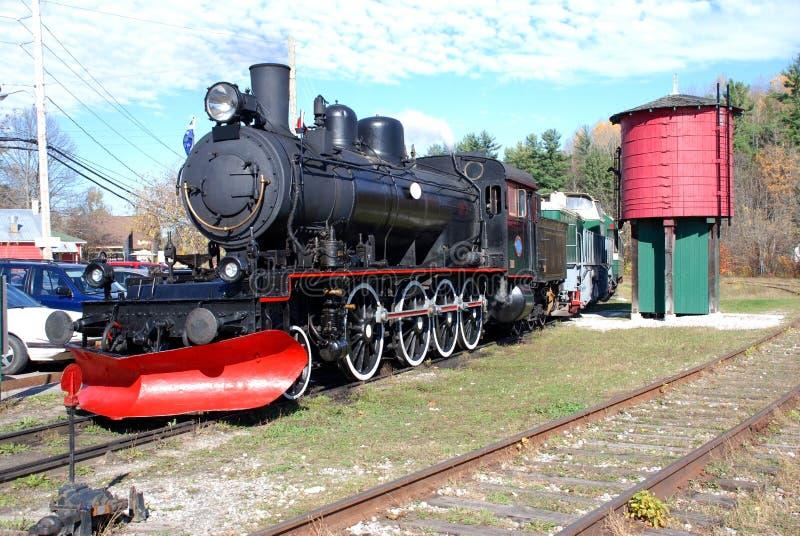 Train de vapeur avec le réservoir d'eau photographie stock