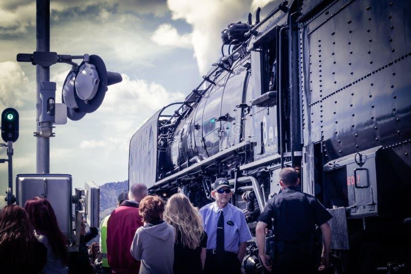 Train de vapeur de Showing Off Vintage de conducteur de train photographie stock