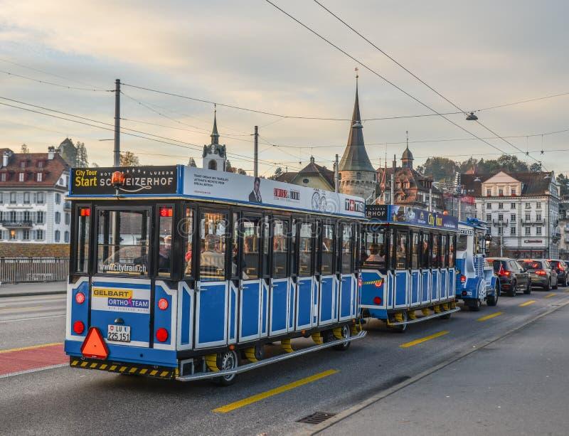 Train de visite de ville en luzerne, Suisse image libre de droits