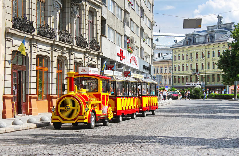 Train de voiture guidé au centre de Lviv images stock
