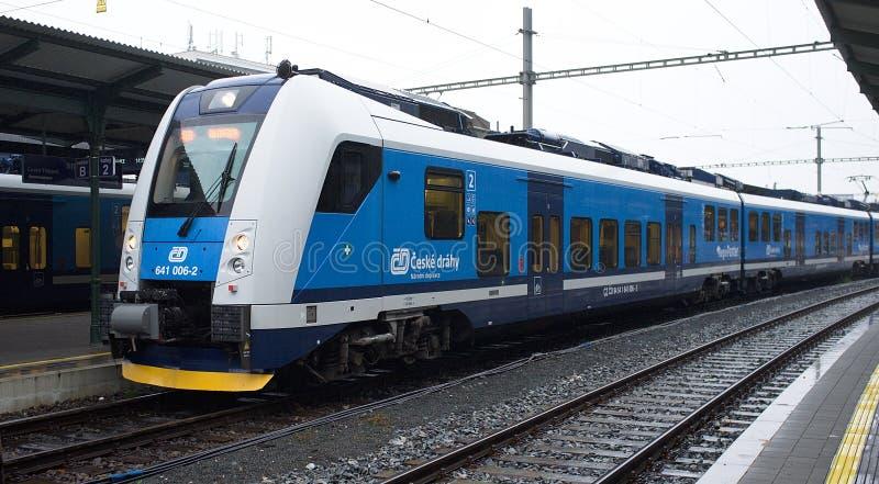 Train de voyageurs sur la route Ceska Trebova - Brno Entreprise du secteur ferroviaire tchèque photographie stock