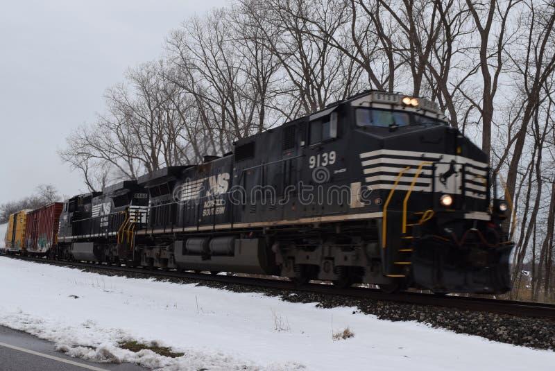 Train du sud de la Norfolk voyageant par la neige photographie stock