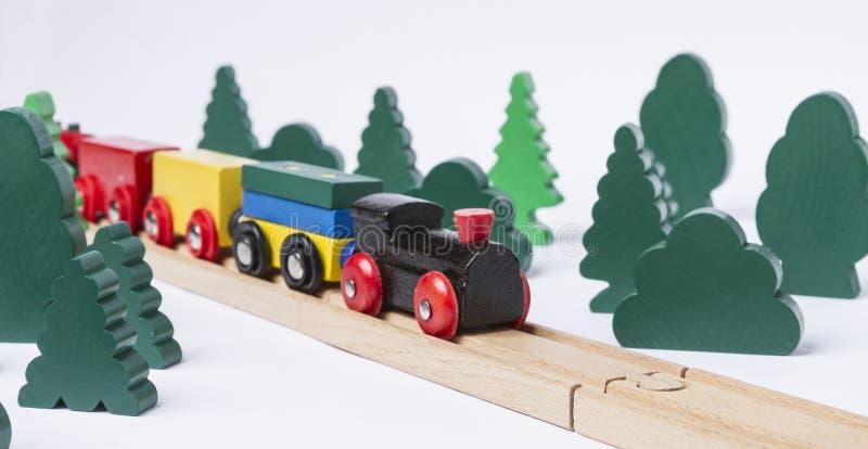Train en bois de jouet dans le paysage rural photographie stock