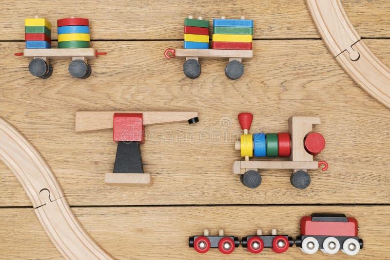 Train en bois sur un conseil photo stock