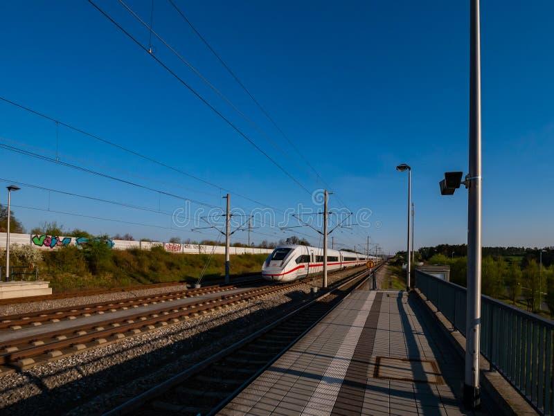 Train entrant à la gare ferroviaire photos stock