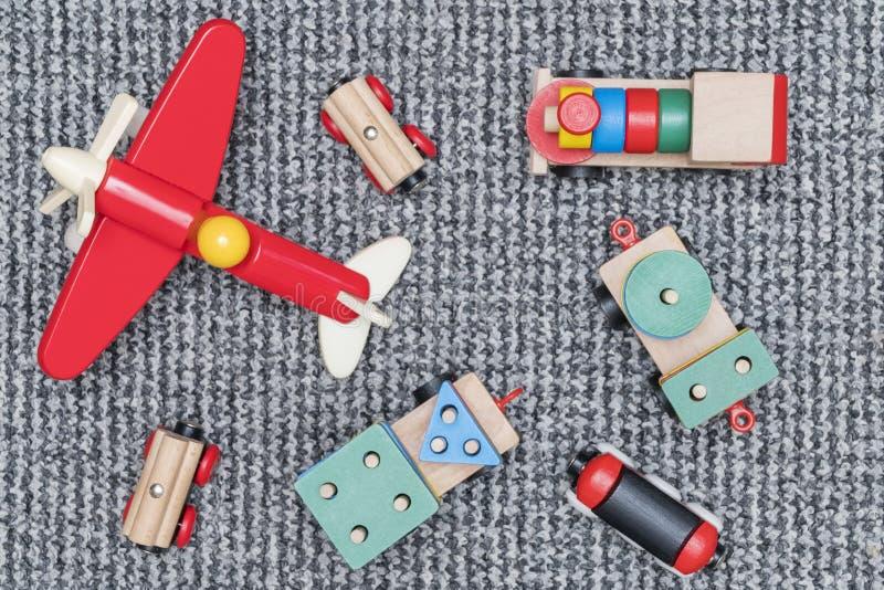 Train et avion en bois sur le tapis photographie stock libre de droits