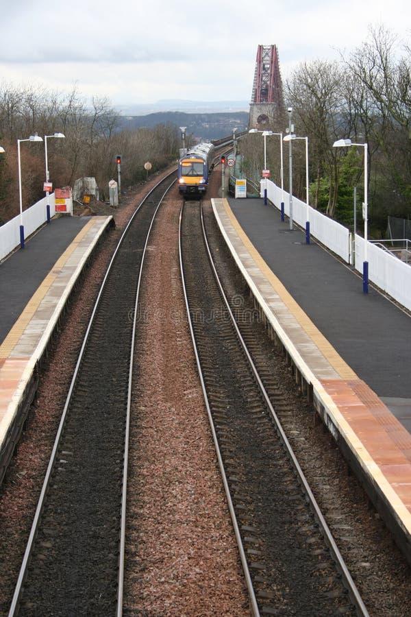 Train et en avant le pont en longeron photographie stock libre de droits